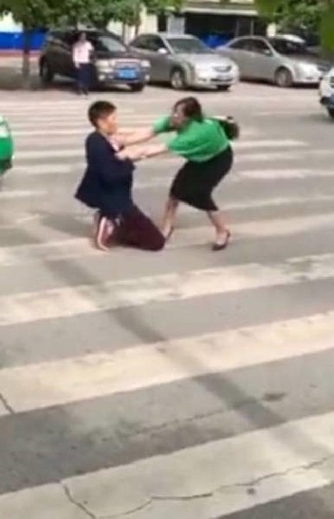 Không muốn bị vợ bỏ, người chồng trẻ quỳ gối giữa đường rồi tự lấy dao đâm vào bụng để xin tha thứ - Ảnh 1.