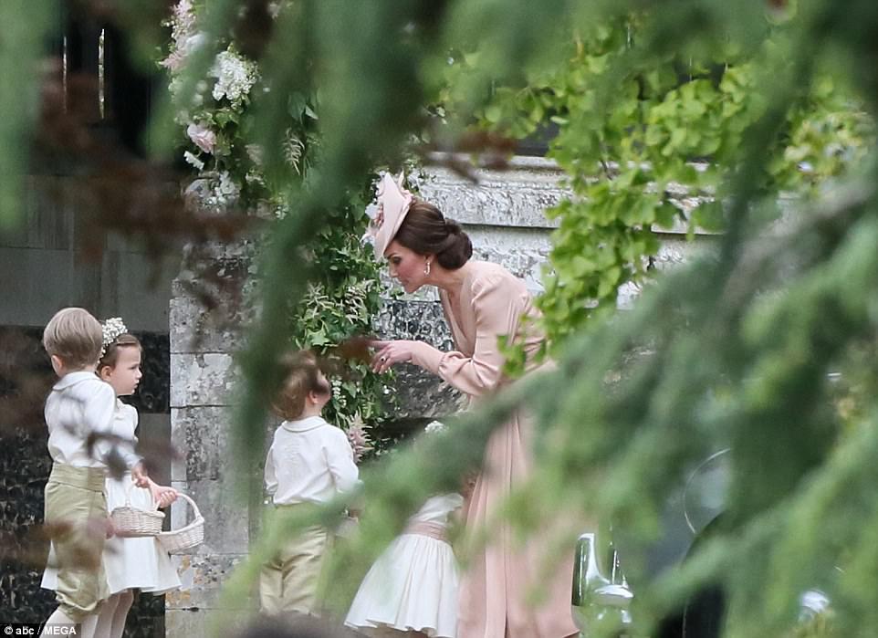 Hoàng tử nhí Anh Quốc bị mẹ mắng trong lễ cưới của dì ruột, vừa đi vừa khóc tu tu - Ảnh 2.