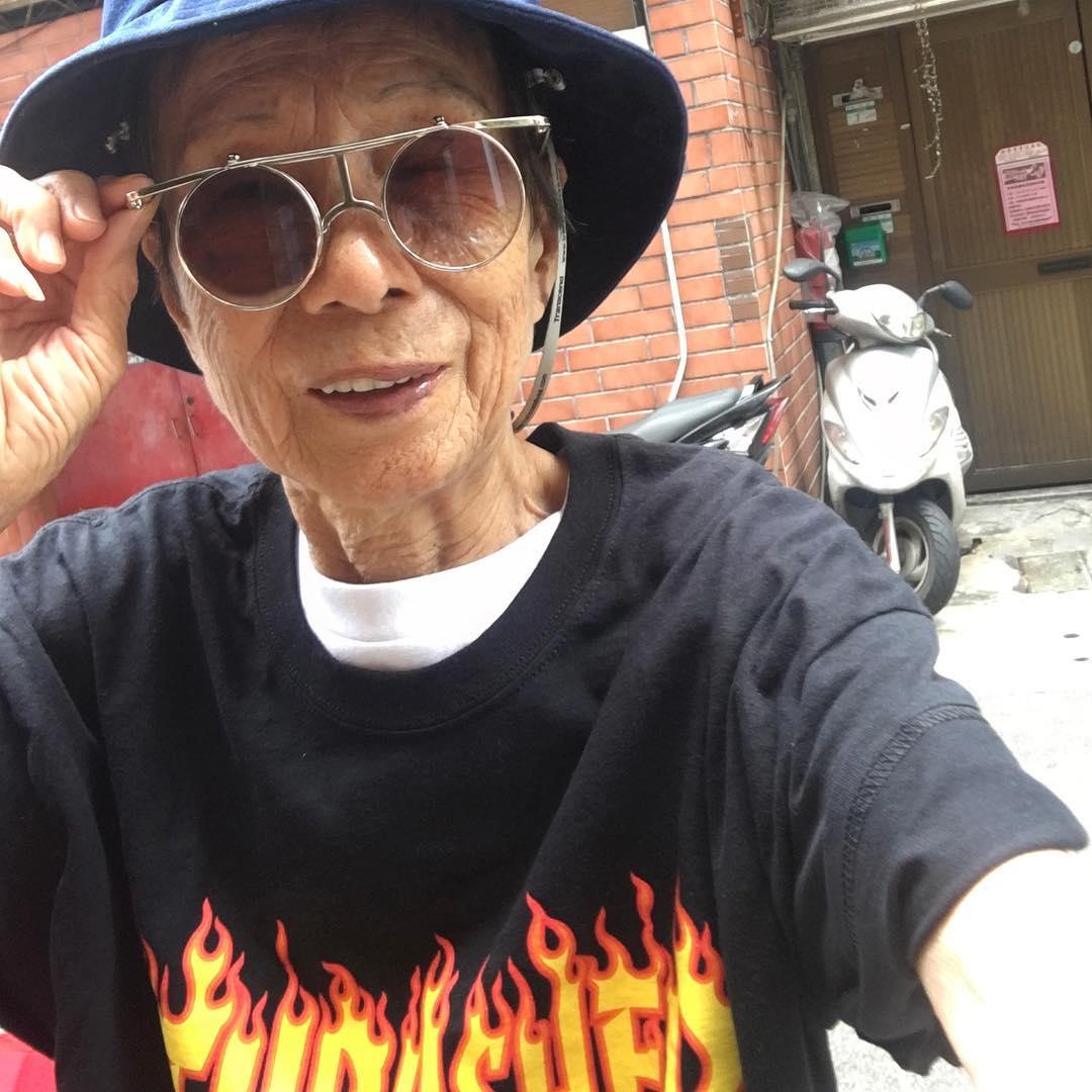 Chỉ 2 tuần sau khi xuất hiện trên Instagram, cụ bà 88 tuổi này đã trở thành hiện tượng thời trang xứ Đài - Ảnh 1.