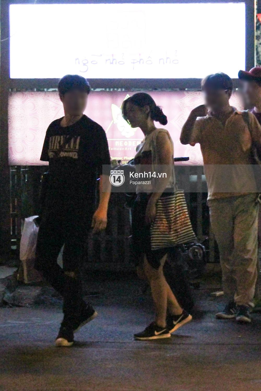 Nữ thần sắc đẹp thế hệ mới Jung Chae Yeon thoải mái đi mua sắm và ăn kem ở trung tâm thương mại đông người tại Việt Nam - Ảnh 1.