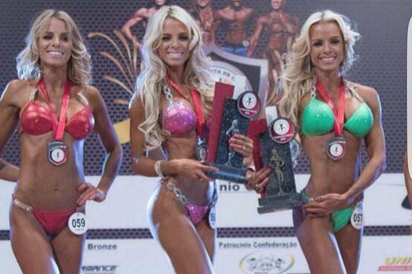 Chị em sinh ba rủ nhau thi người đẹp hình thể, giám khảo trao luôn giải cao nhất cho cả ba vì không phân biệt nổi - Ảnh 1.
