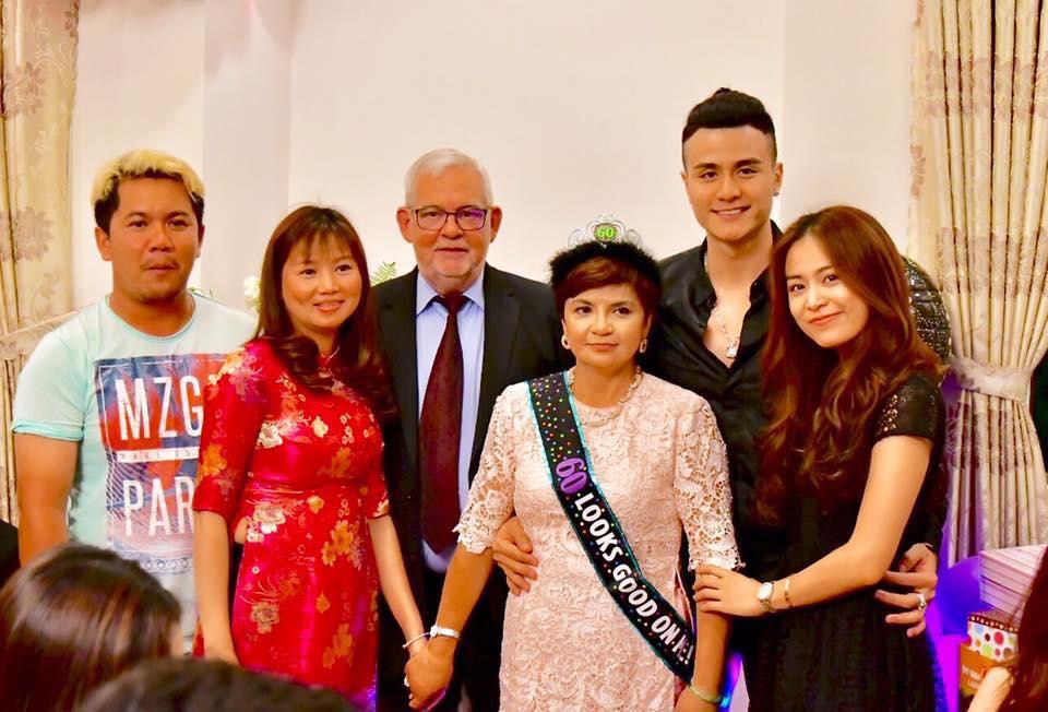 Vĩnh Thụy ôm eo Hoàng Thuỳ Linh trong tiệc sinh nhật của mẹ - Ảnh 2.