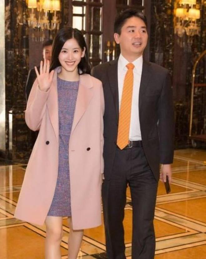 Sau khi kết hôn, cô bé trà sữa trở thành nữ tỷ phú trẻ tuổi nhất Trung Quốc - Ảnh 1.