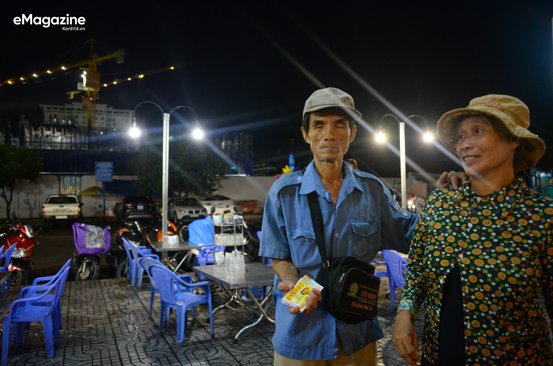 Một ngày lang thang của đội quân bô lão bán vé số giữa Sài Gòn - Ảnh 18.