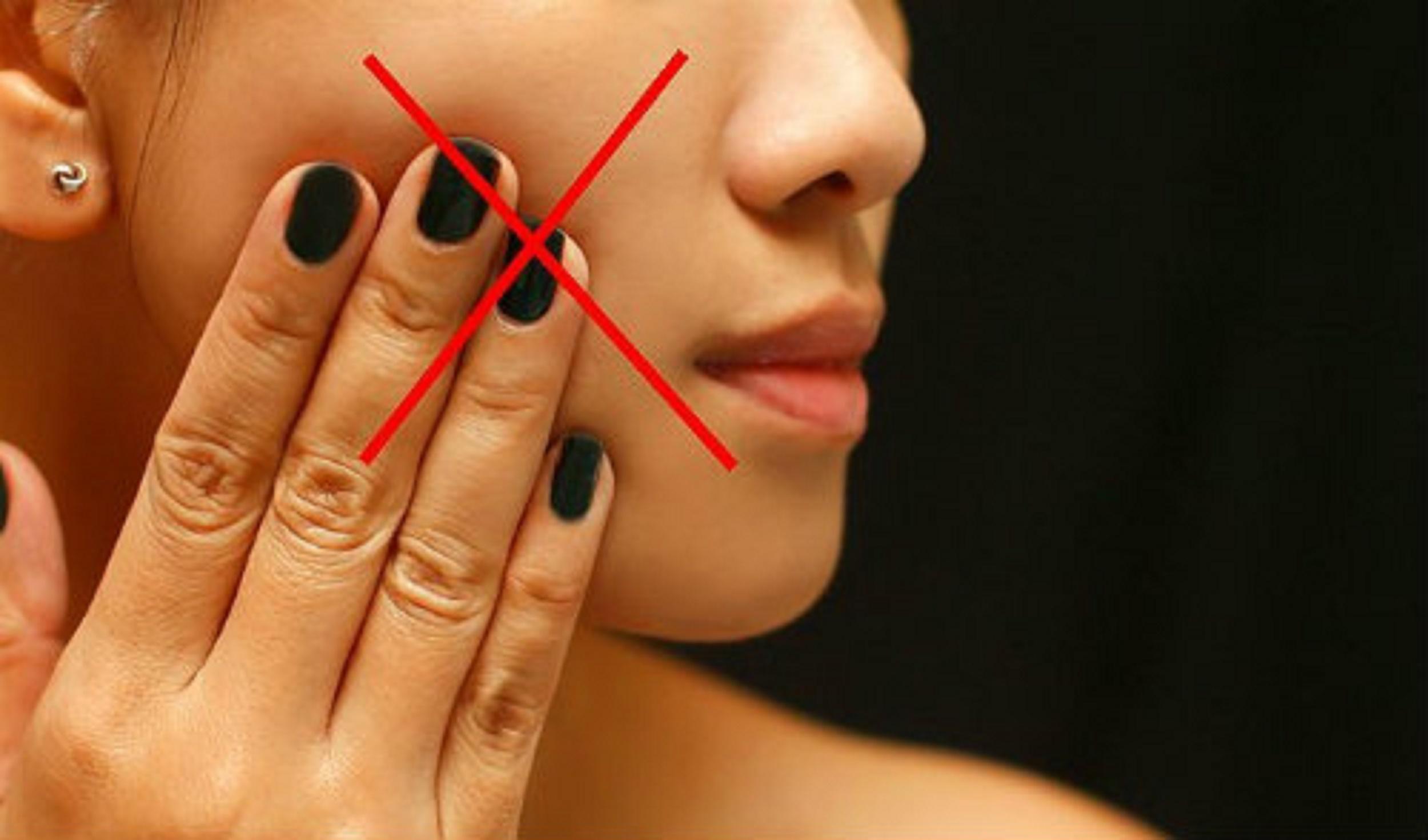 Mặt đang bị mụn thì nên tránh 5 việc sau để mụn không nổi nghiêm trọng hơn - Ảnh 1.