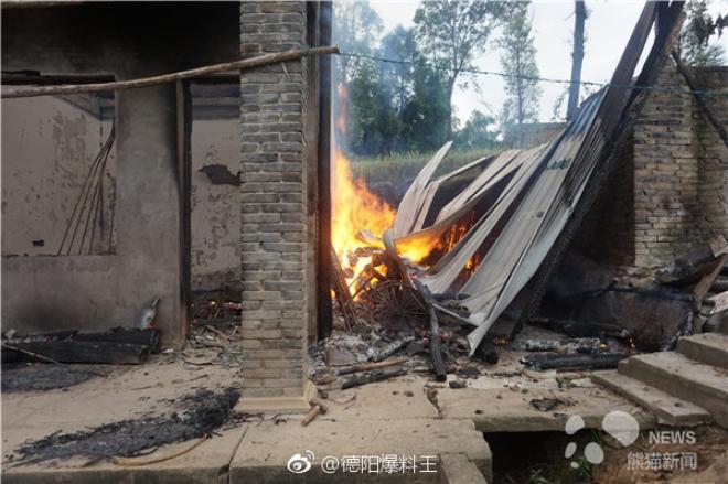 Nhà dân bất ngờ bốc cháy, đội cứu hoả nhanh trí dùng nước bể phốt dập lửa - Ảnh 1.