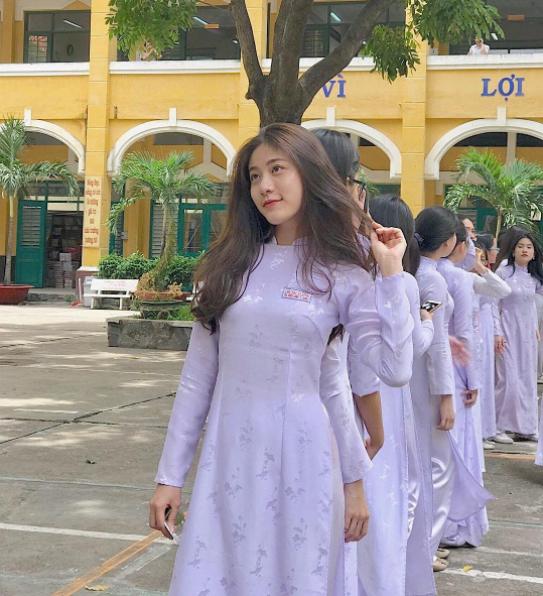 Con gái Việt vẫn xinh đẹp và dịu dàng nhất khi mặc áo dài trắng! - Ảnh 1.