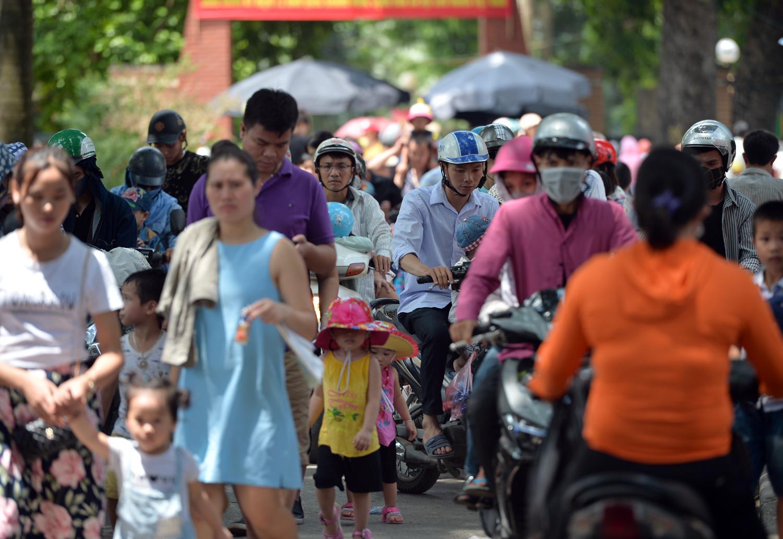 Chùm ảnh: Biển người đổ về khu vui chơi ở Hà Nội trong ngày đầu nghỉ lễ Quốc khánh - Ảnh 1.