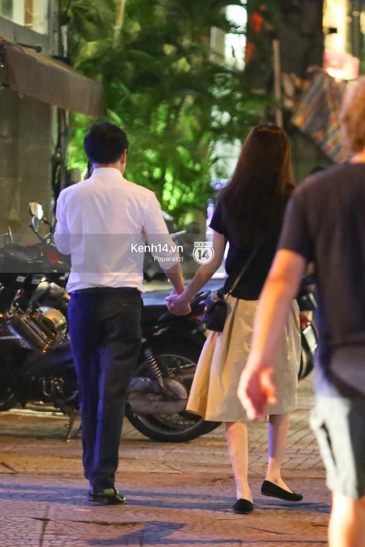 Hoa hậu Thu Thảo xuất hiện tay trong tay tình tứ cùng chồng sắp cưới trên phố sau khi báo hỷ - Ảnh 3.