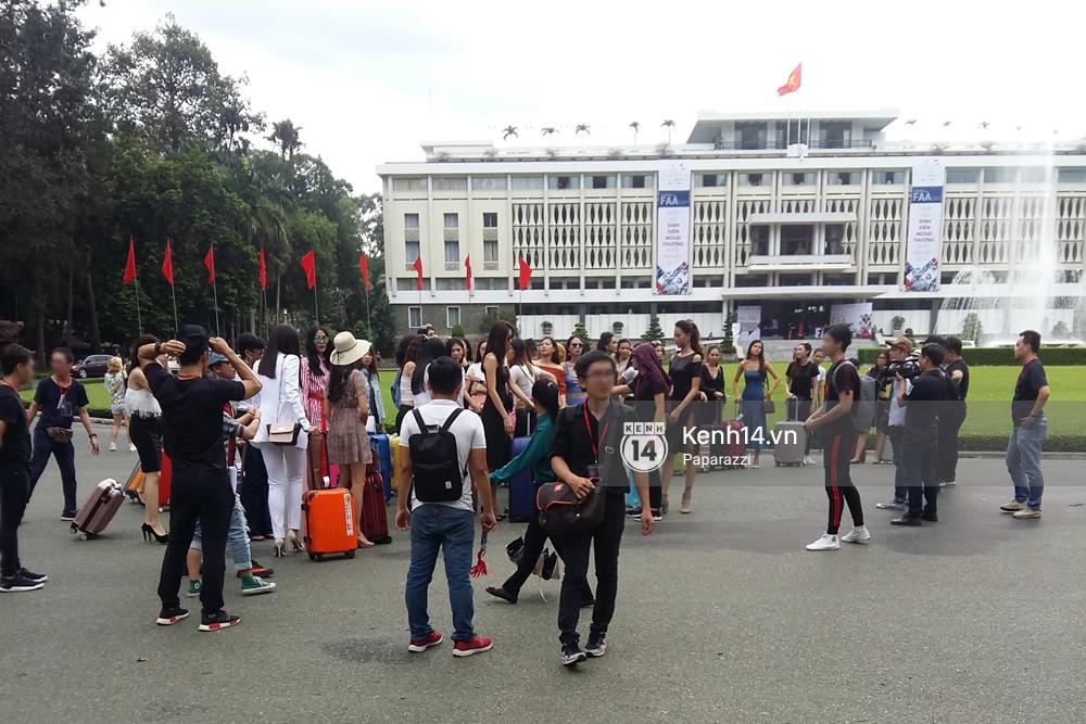 Nhan sắc khi chưa photoshop của Hoàng Thùy cùng dàn thí sinh Hoa hậu Hoàn vũ Việt Nam giữa trưa nắng - Ảnh 1.