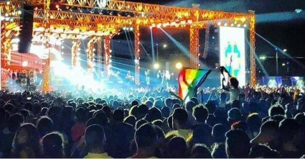 Vẫy cờ cầu vồng trong buổi diễn ca nhạc, 7 thanh niên bị cảnh sát bắt giữ - Ảnh 1.