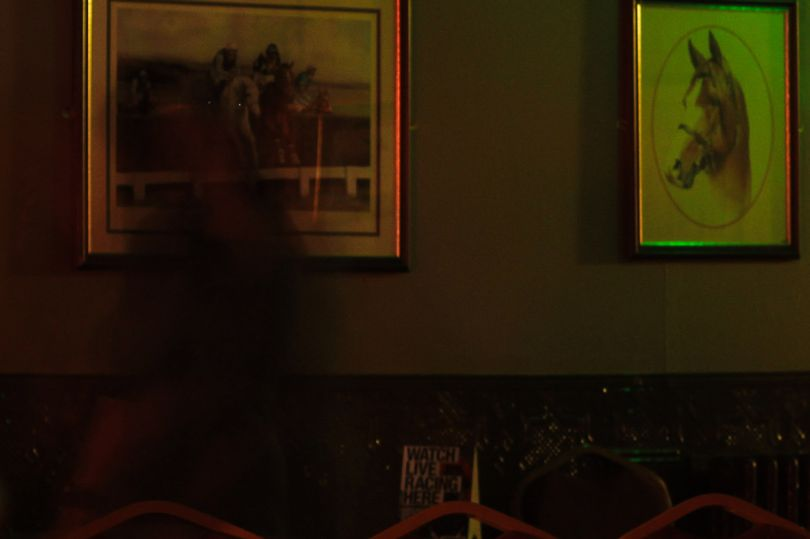 Nhà ngoại cảm chụp được bóng đen của phụ nữ lướt vội trong quán rượu cổ không người - Ảnh 1.