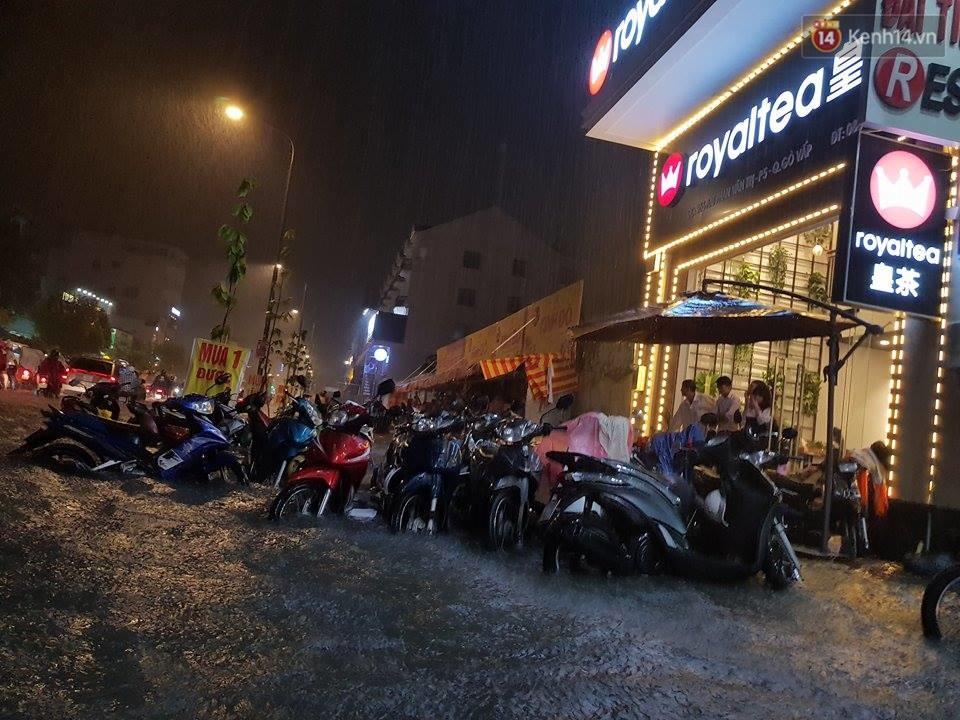 Đường phố Sài Gòn ngập lênh láng sau cơn mưa lớn đêm Trung thu, nhiều phương tiện chết máy giữa biển nước - Ảnh 5.