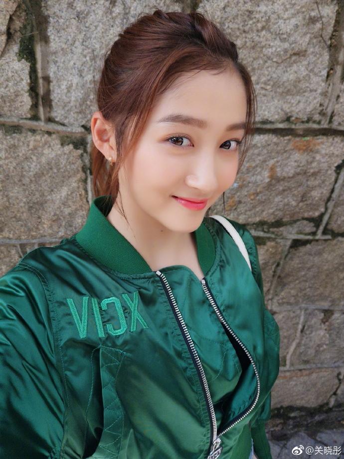 Săm soi bạn gái Luhan Quan Hiểu Đồng, hóa ra cô nàng toàn dùng đồ vài trăm nghìn mà da đẹp không tì vết - Ảnh 1.