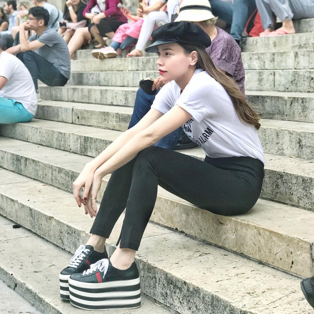 Hà Hồ diện giày bánh mì kiện tướng 20cm, fan thảng thốt hỏi: Chị mang đôi này thì cao 2 mét ư? - Ảnh 1.