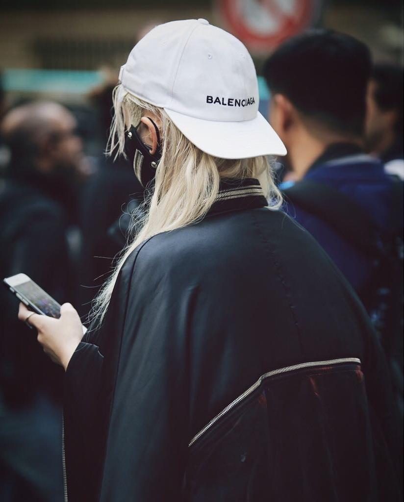 Giới trẻ châu Á đang sốt rần rần vì chiếc mũ của bố cool không tưởng đến từ Balenciaga - Ảnh 2.