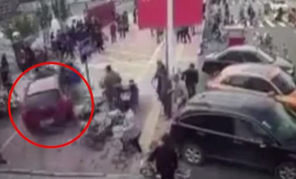 Trung Quốc: Bị mất lái, nữ tài xế lao thẳng xe hơi lên vỉa hè đâm gục nhiều người đi bộ - Ảnh 2.