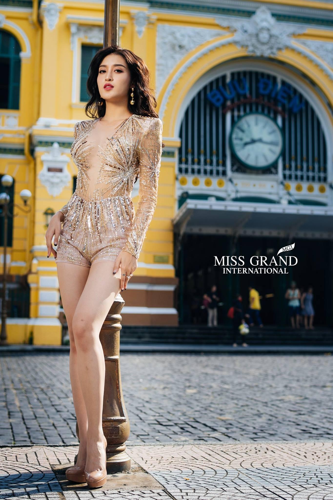 Sao BTC Miss Grand International lại nỡ bắt các người đẹp phải nghiêng thùng đổ chảo đứng bên cột đèn tạo dáng khó thế này? - Ảnh 1.