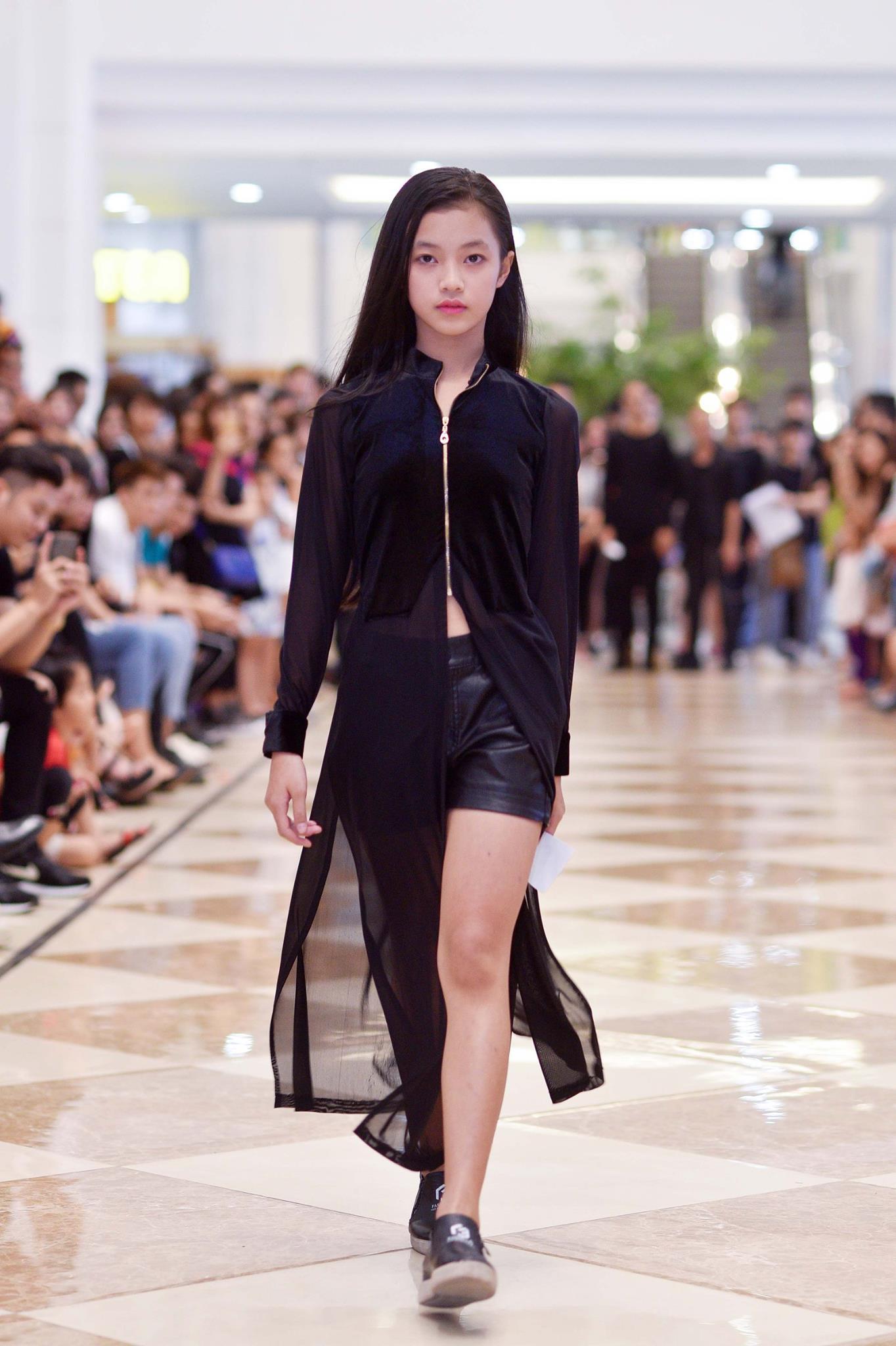 Mới 10 tuổi, cô bé này đã đăng ký casting Vietnam International Fashion Week và nổi bật lấn lướt người lớn với thần thái sắc lạnh - Ảnh 2.