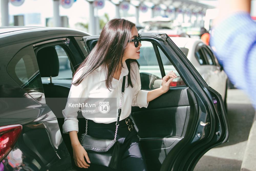 Hoa hậu Mỹ Linh diện trang phục đơn giản, tươi tắn bên mẹ và người hâm mộ tại sân bay Tân Sơn Nhất - Ảnh 1.