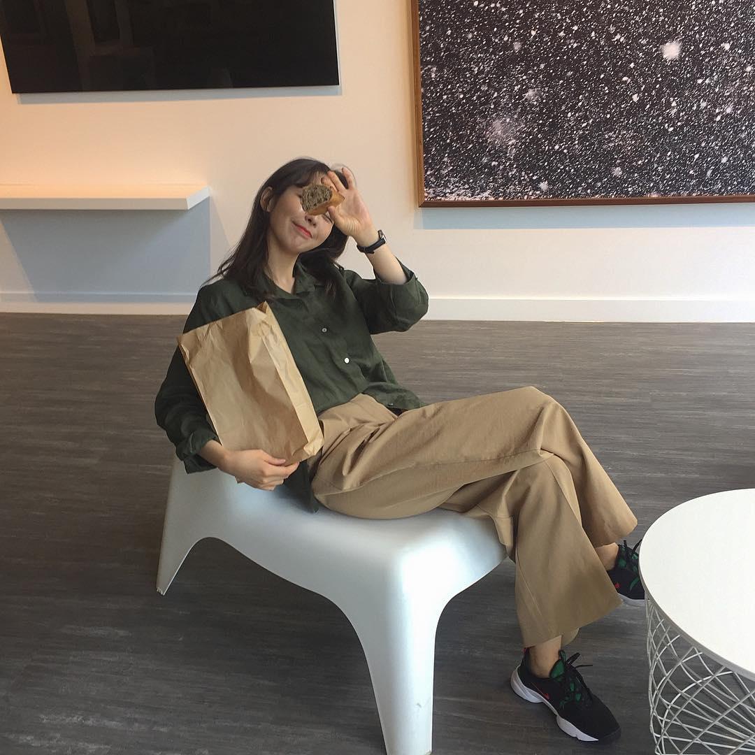 Ngạc nhiên chưa: Quần khaki ống rộng thời của bố mà Sơn Tùng từng mặc đang là hot trend của con gái khắp châu Á - Ảnh 1.