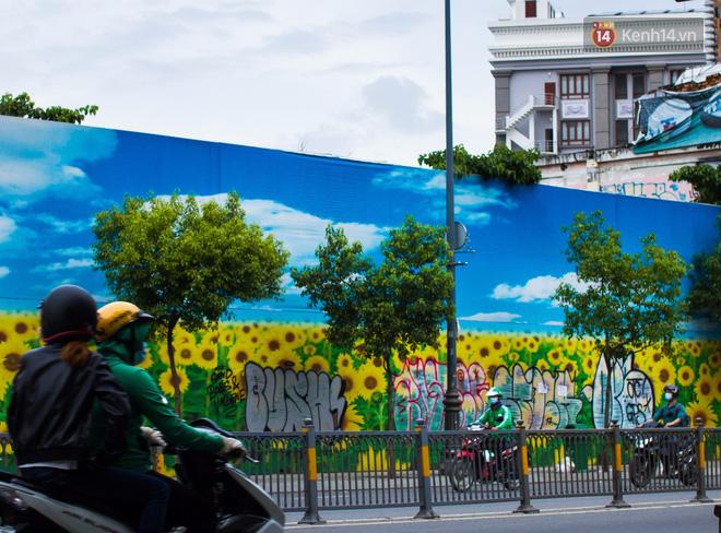 Khi graffiti nửa mùa xuất hiện tràn lan ở Sài Gòn: Đến cả những tấm pano rất đẹp cũng đã bị bôi bẩn - Ảnh 2.