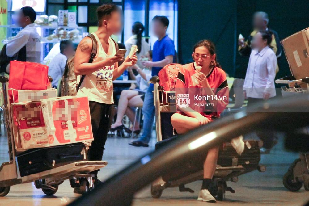 Đáp chuyến bay muộn về Việt Nam, Hoàng Yến trốn một góc vô tư ngồi ăn kem - Ảnh 4.