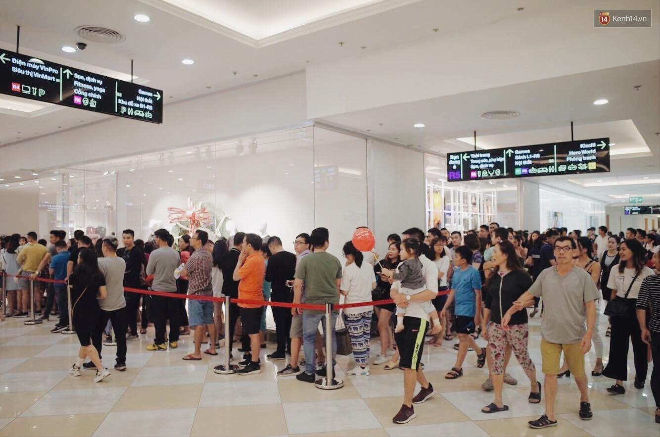 Sau ngày khai trương, store H&M Hà Nội bớt đông đúc nhưng khách vẫn xếp hàng dài chờ vào mua sắm - Ảnh 3.