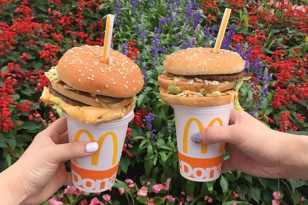 Gắn bánh hamburger lên nắp cốc nước ngọt, việc ít ai ngờ lại gây bão cộng đồng mạng ở Nhật Bản - Ảnh 2.
