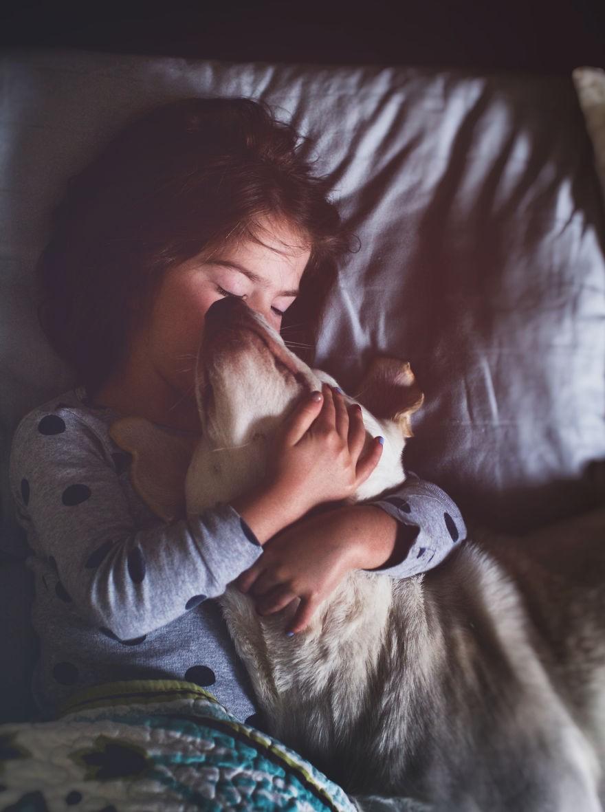 Nhũn tim trước hình ảnh thắm thiết quấn quýt bên nhau của cô chủ nhỏ và chú chó - Ảnh 1.