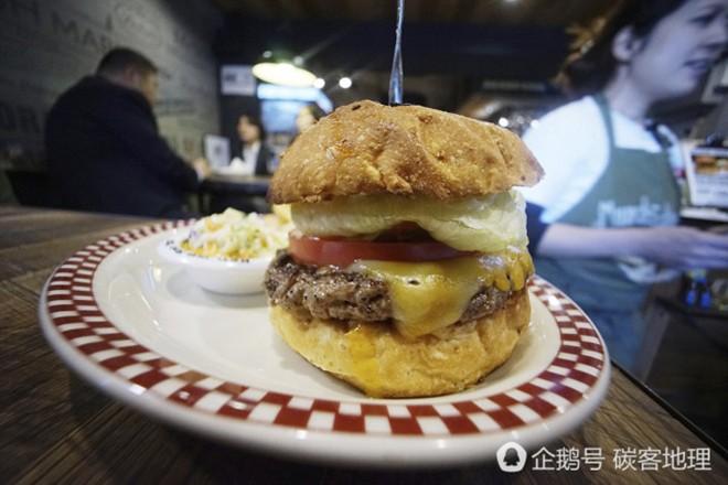 Tương tự hiện tượng bún chả Obama ở Việt Nam, người Nhật đang nô nức xếp hàng đi ăn burger Tổng thống Trump - Ảnh 2.
