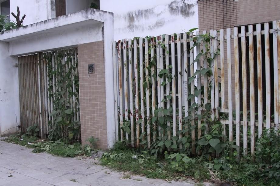 Nhiều kim tiêm dính máu bị vứt tràn lan trong khu biệt thự tiền tỷ ở Hà Nội - Ảnh 2.