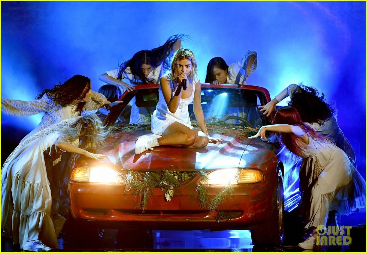 Clip: Lần đầu vàng hoe trên sân khấu nhưng Selena Gomez kém lung linh hẳn vì tóc bết - Ảnh 2.