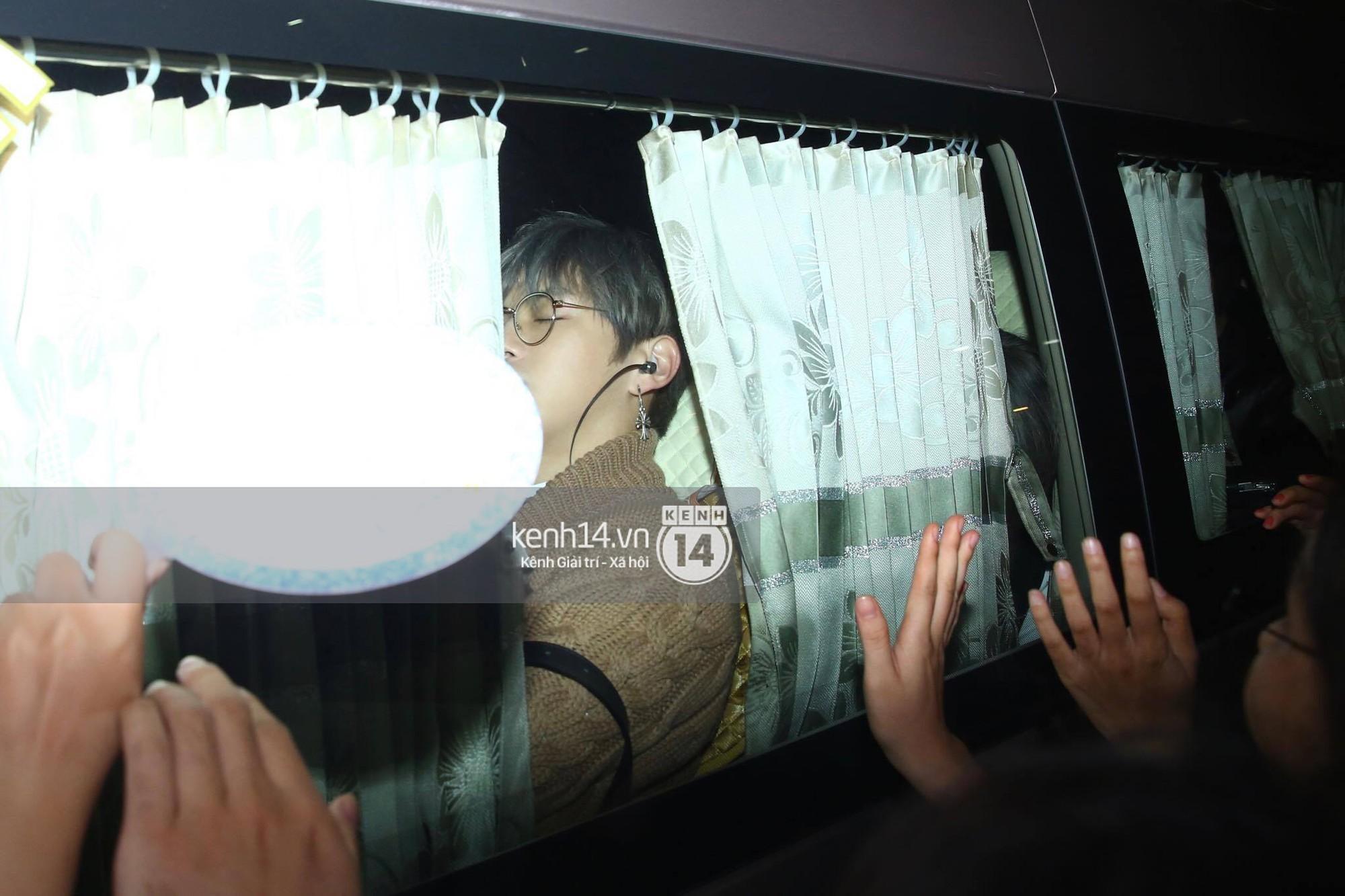 Hình ảnh đối lập: Kết thúc MAMA, Samuel khí thế vẫy tay chào fan Việt, Wanna One ngủ say mặc kệ người hâm mộ - Ảnh 11.
