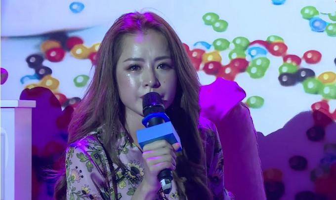 Ngồi cạnh FC, Chi Pu bật khóc trải lòng áp lực sau khi debut làm ca sĩ