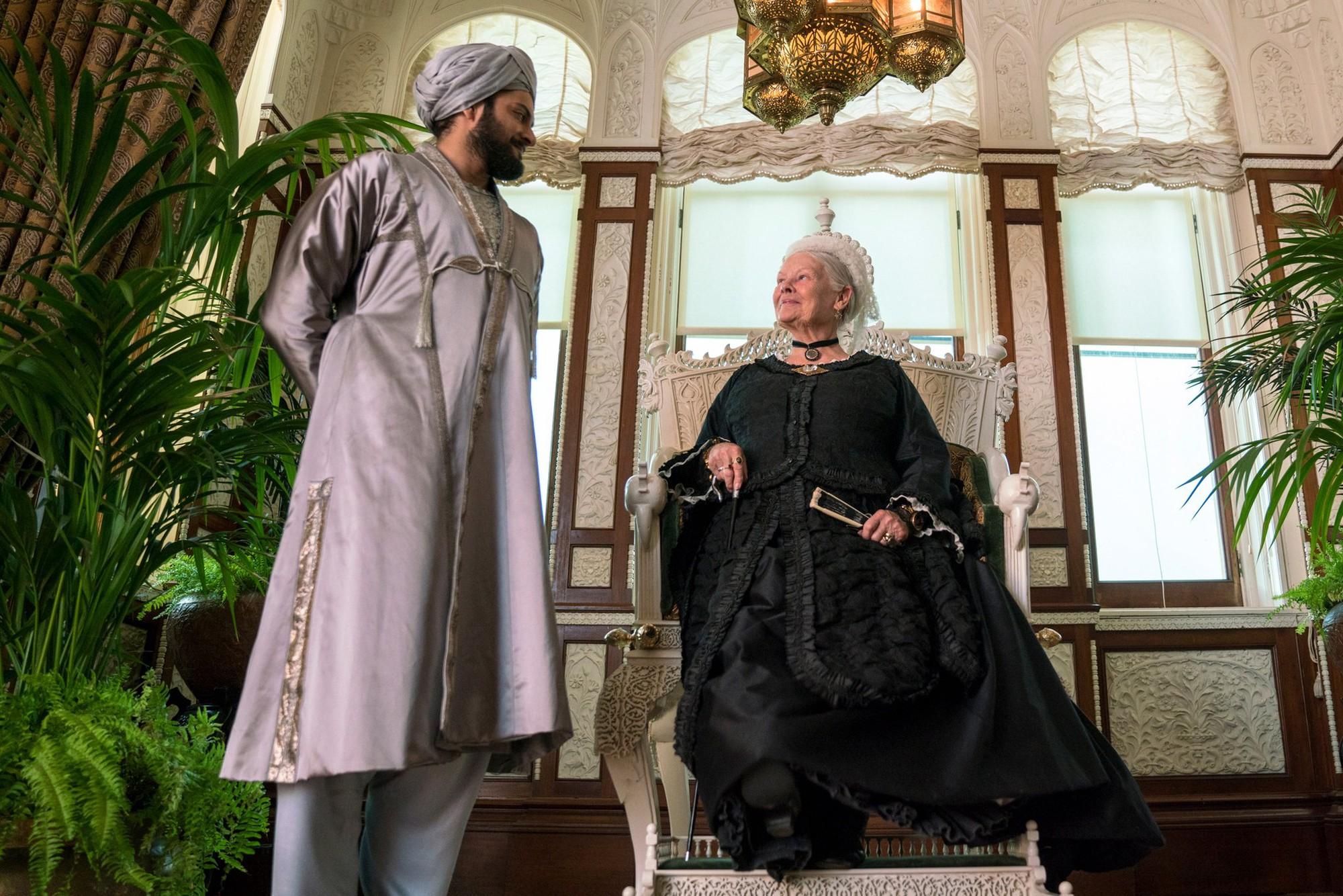 Victoria and Abdul - Tình bạn hoàng gia giữa ổ kền kền - Ảnh 1.