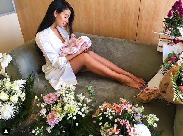 Georgina lần đầu khoe mặt con gái Alana Martina - Ảnh 2.