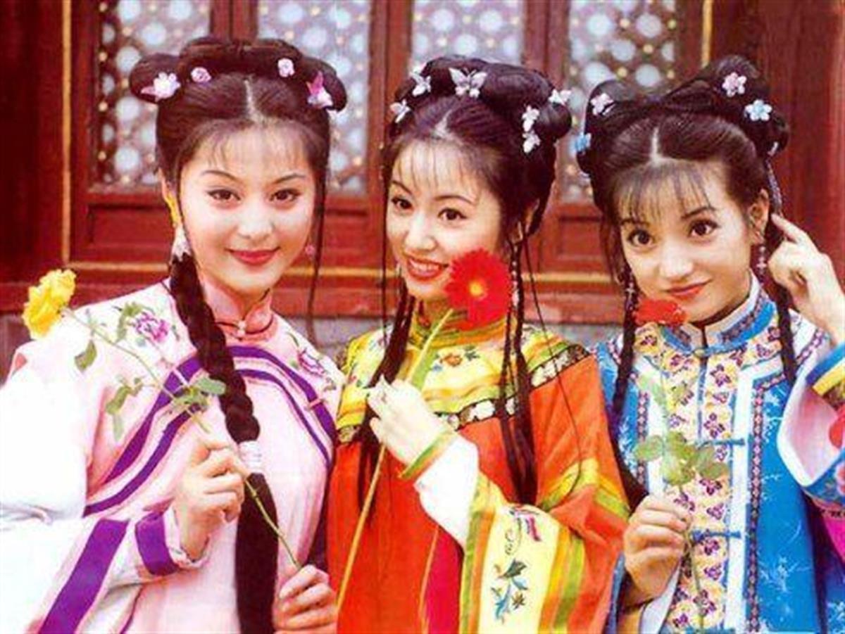 Style của bộ 3 Hoàn Châu Cách Cách: A hoàn trở thành nữ hoàng thảm đỏ sang chảnh lồng lộn, 2 công chúa lại đơn giản, nhẹ nhàng bất ngờ - Ảnh 1.