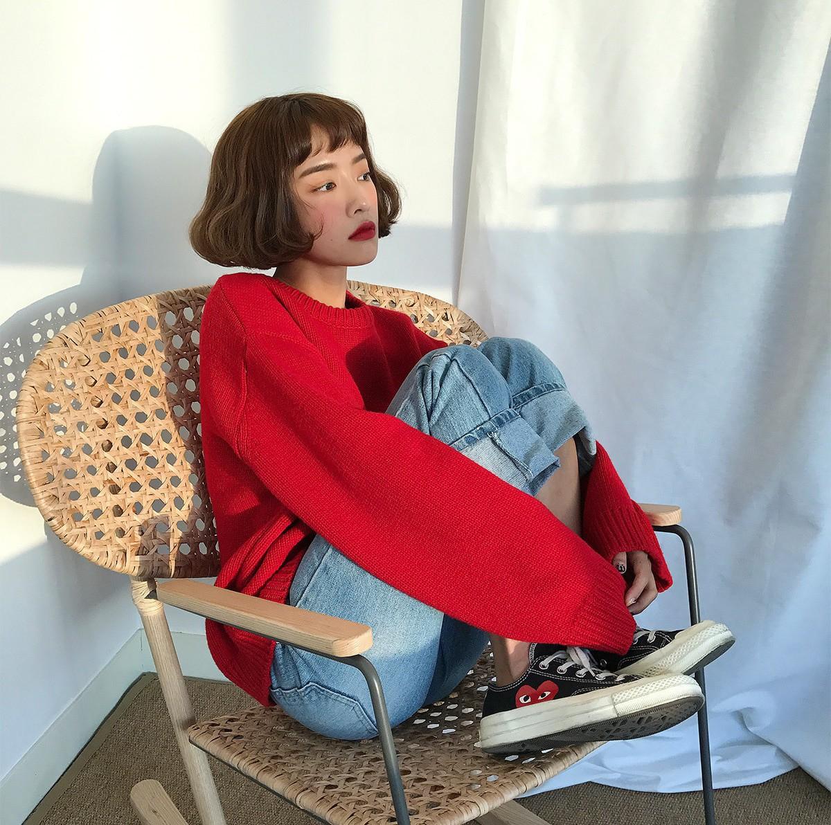 Đi chơi Giáng sinh nhất định phải diện áo len đỏ và đây là 12 gợi ý mix đồ với áo len đỏ xinh lung linh cho bạn - Ảnh 2.