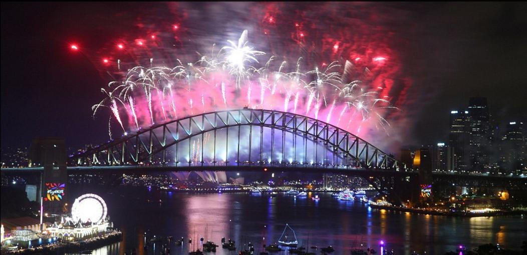 Bầu trời Úc rực rỡ thời khắc Giao thừa: Pháo hoa Cầu vồng ăn mừng nước Úc hợp pháp hôn nhân đồng giới - Ảnh 1.