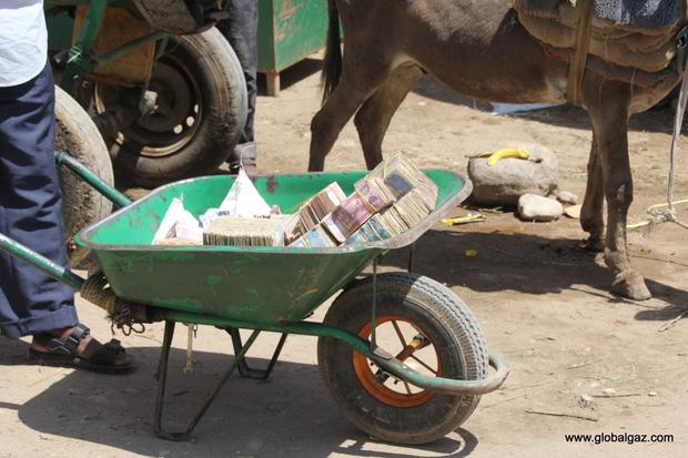 Quốc gia nghèo chẳng có gì ngoài tiền, đi chợ mua rau cũng phải mang cả bao tải, chất tiền thành đống - Ảnh 4.