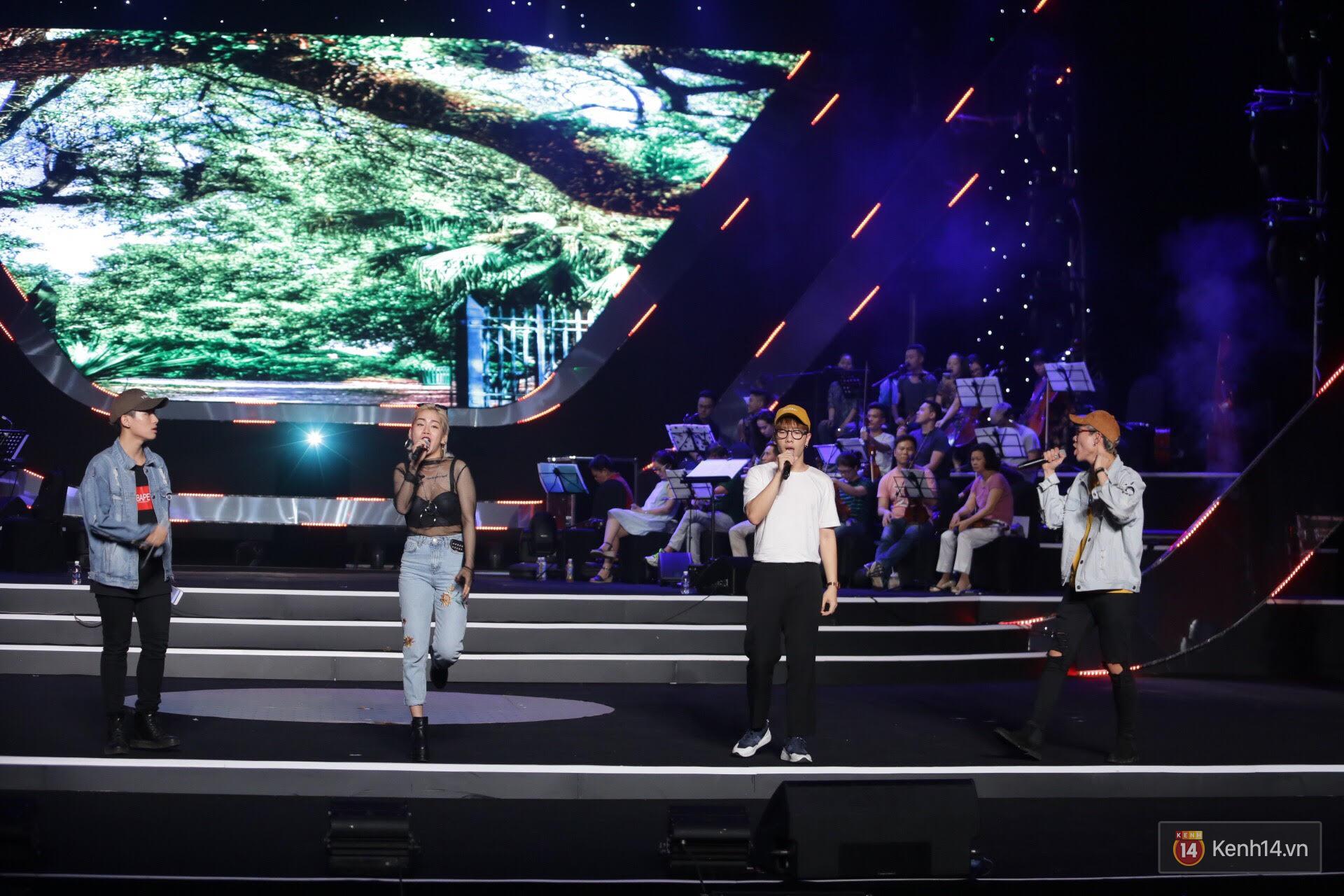 Diva Hồng Nhung gây xúc động, trình diễn như lên đồng tại buổi tổng duyệt Gala WeChoice Awards 2016 - Ảnh 3.
