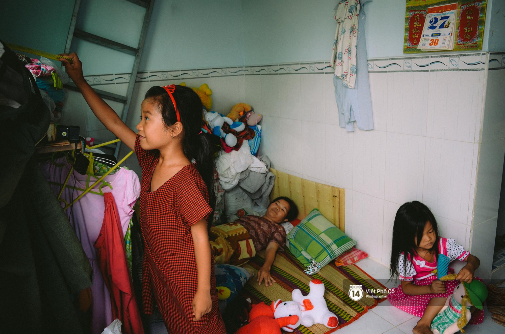 Gia đình vé số Sài Gòn: Ba mẹ ăn chuối luộc thay cơm, hai con gái không biết đến thịt cá - Ảnh 9.