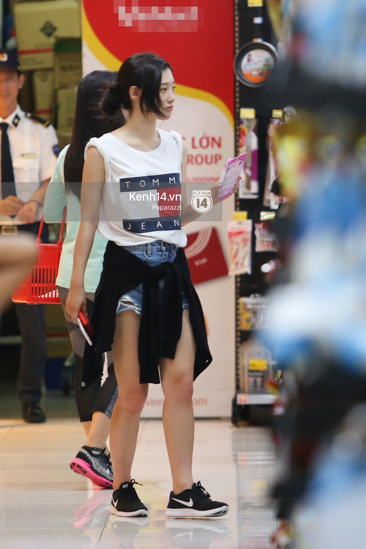 Nữ thần sắc đẹp thế hệ mới Jung Chae Yeon thoải mái đi mua sắm và ăn kem ở trung tâm thương mại đông người tại Việt Nam - Ảnh 9.