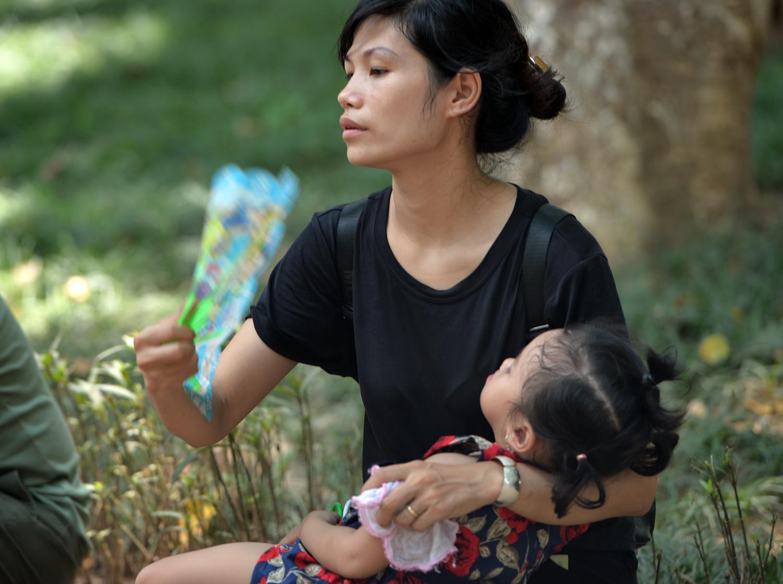 Chùm ảnh: Biển người đổ về khu vui chơi ở Hà Nội trong ngày đầu nghỉ lễ Quốc khánh - Ảnh 10.