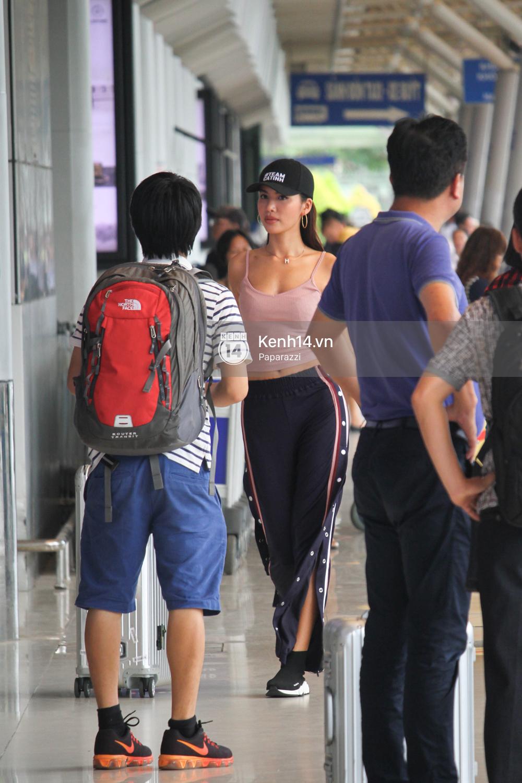 Bắt gặp Minh Tú trốn ở một góc sân bay và loay hoay với vali hành lí của mình - Ảnh 10.