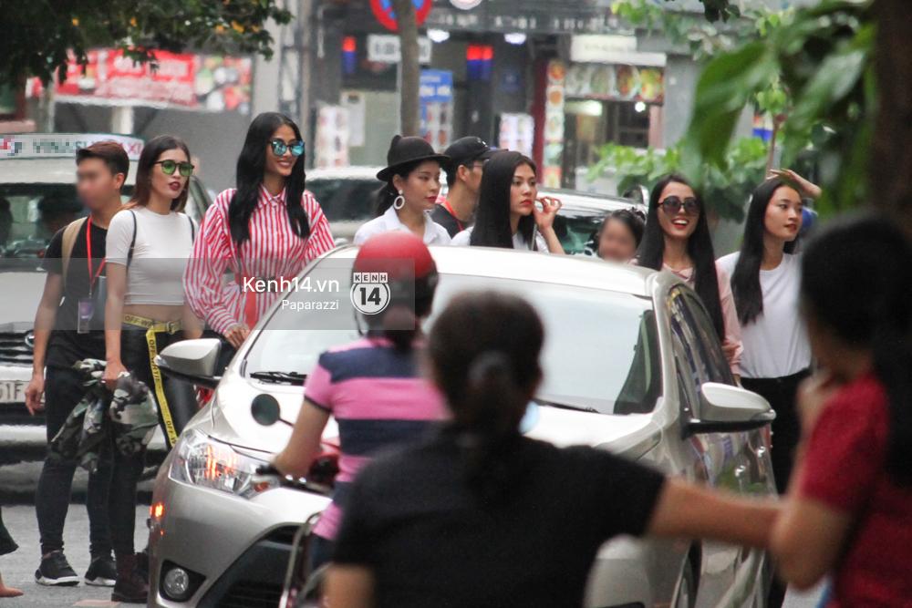 Nhan sắc khi chưa photoshop của Hoàng Thùy cùng dàn thí sinh Hoa hậu Hoàn vũ Việt Nam giữa trưa nắng - Ảnh 9.