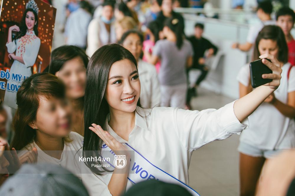 Hoa hậu Mỹ Linh diện trang phục đơn giản, tươi tắn bên mẹ và người hâm mộ tại sân bay Tân Sơn Nhất - Ảnh 10.