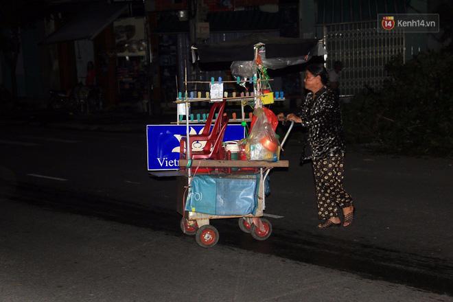 Hai ngày sau khi cơn bão số 12 đi qua, người dân Khánh Hòa vẫn chật vật sống trong bóng đêm vì mất điện - Ảnh 12.