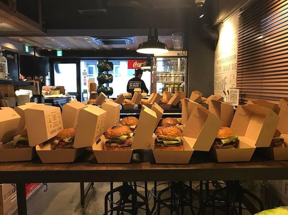 Chiếc hamburger tổng thống Mỹ Donald Trump từng ăn đang được bán đắt như tôm tươi ở Nhật Bản - Ảnh 4.